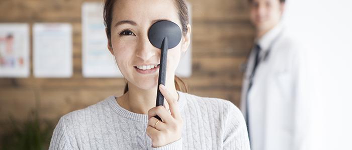 眼の検査をする女性